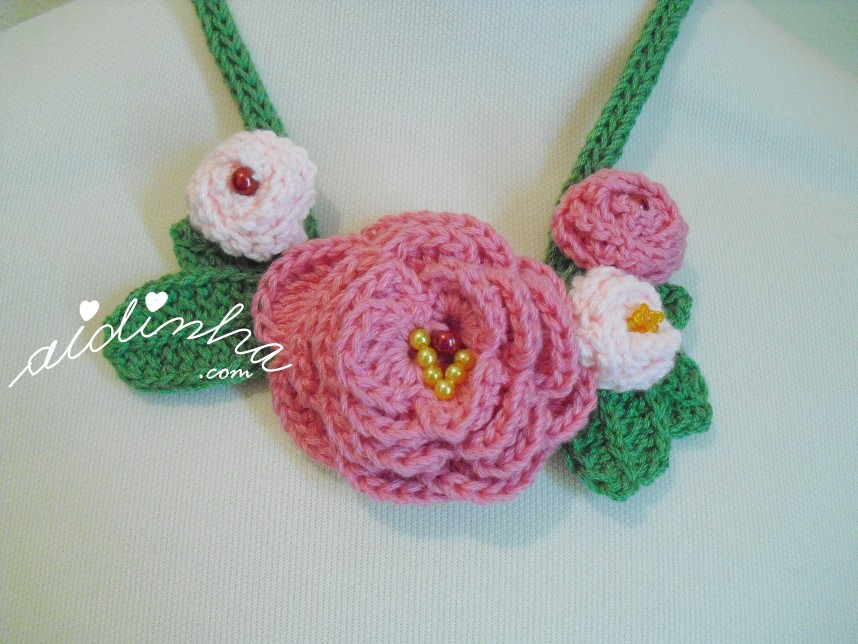 conjunto de rosas do colar de crochet