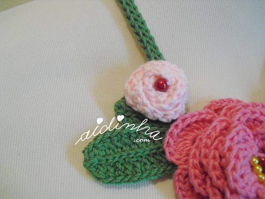 Pormenor da folha e da flor, do colar em crochet, com rosas