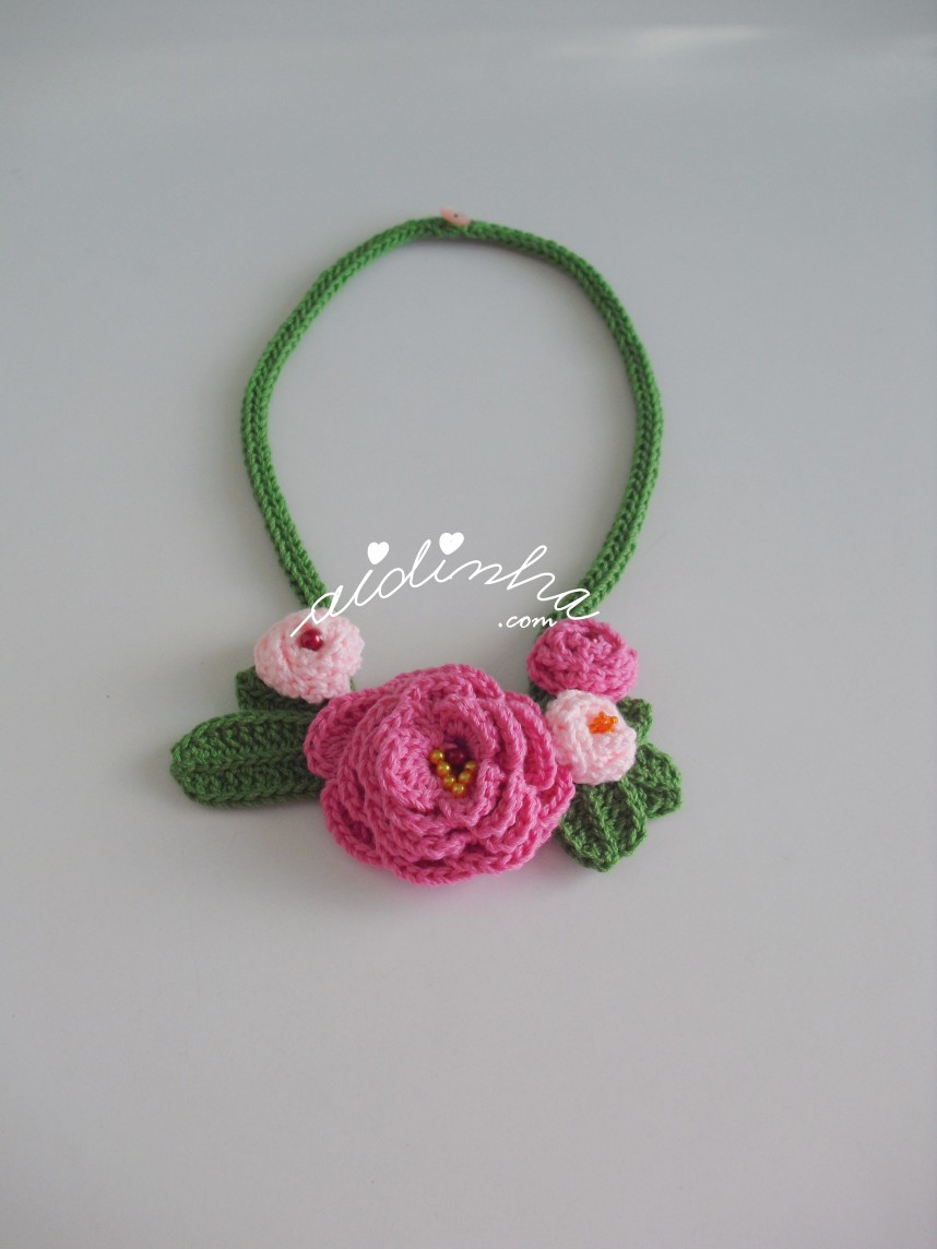 outra foto do colar de crochet, com rosas
