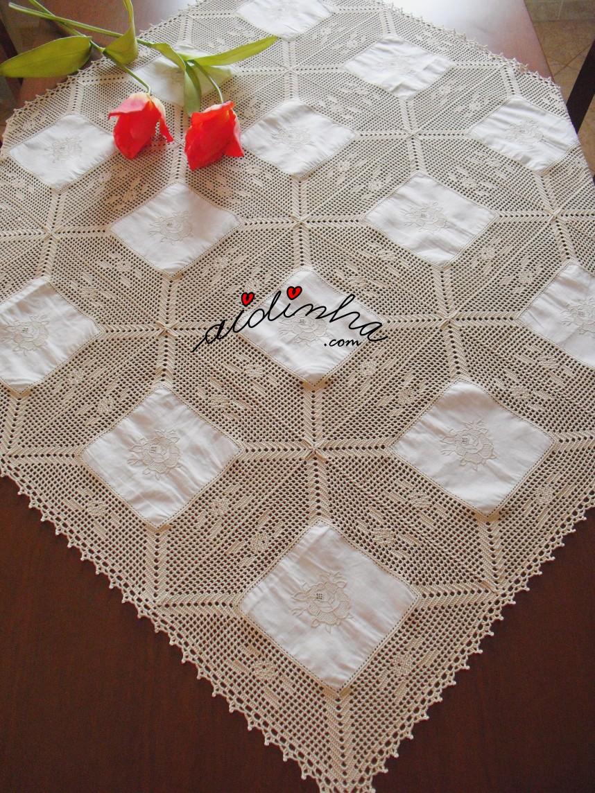 toalha de mesa em linho e crochet, com rosas