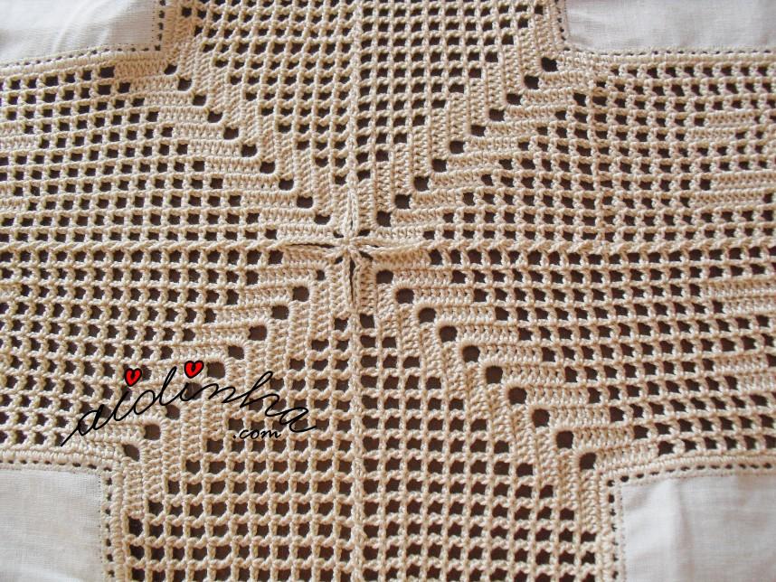 junção dos quadrados da toalha de mesa em linho e crochet, com rosas