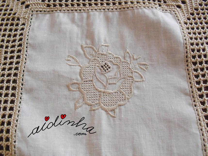 Bordado da toalha em linho e crochet, com rosas