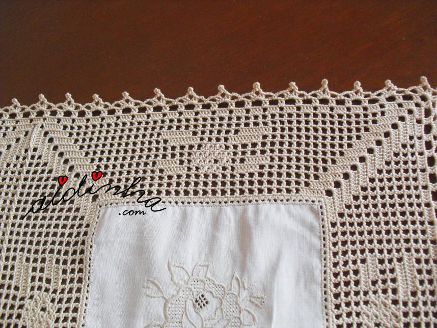 desenho do crochet da toalha de linho e crochet, com rosas