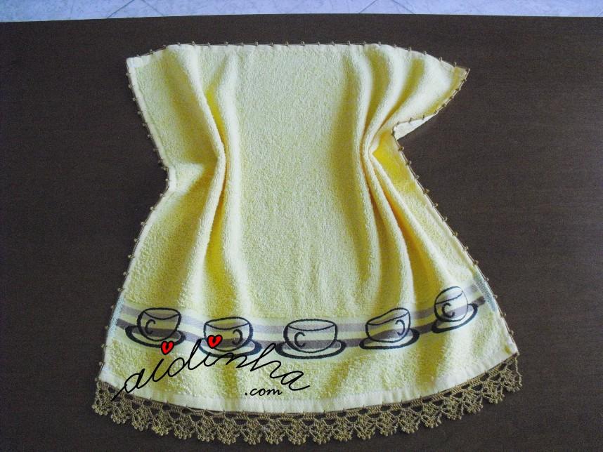 pano de cozinha, amarelo, com chávenas e crochet