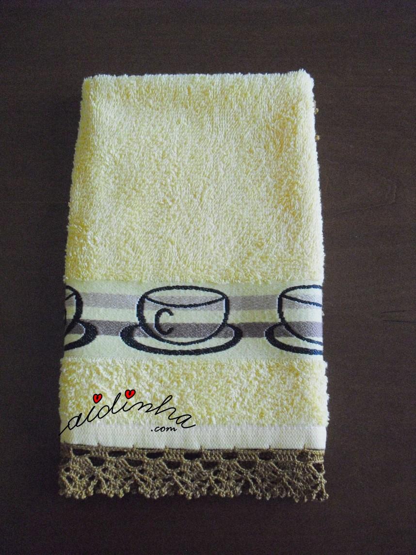 outra foto do pano amarelo de cozinha com chávenas