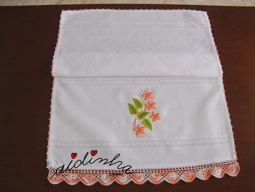 pano da louça, bordado e com crochet salmão matizado