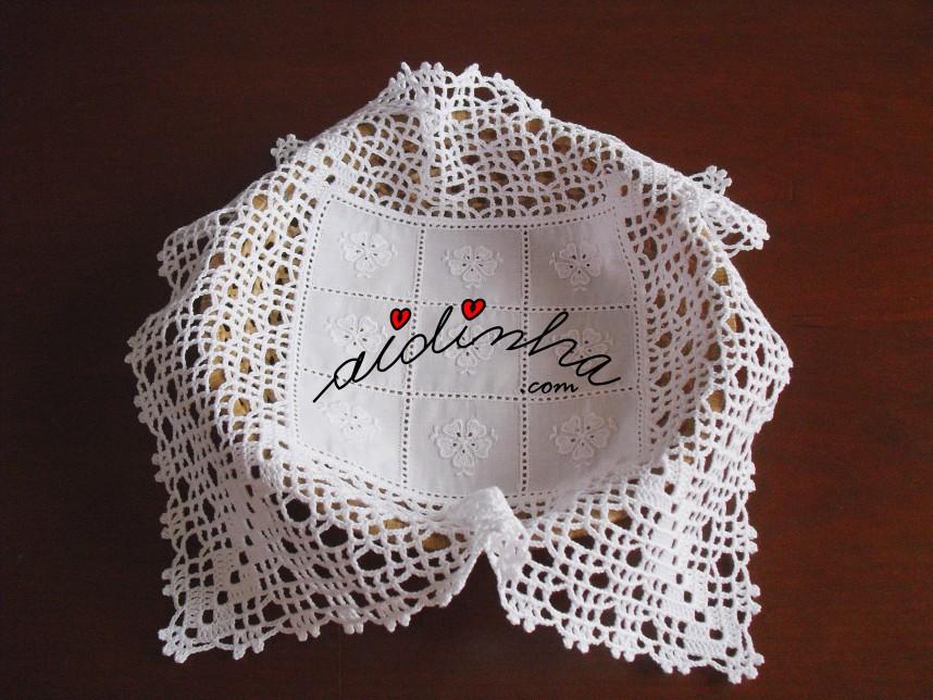 outra foto do pano para o cestinho do pão, em cambraia bordada e crochet