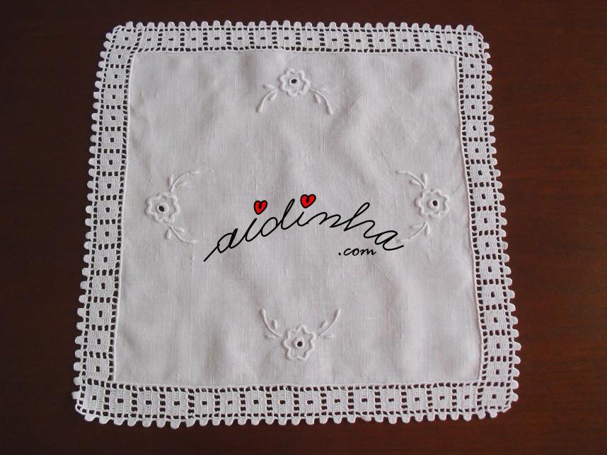 centro em linho, bordado à máquina e com crochet