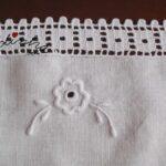 Centro em linho, bordado na máquina antiga a pedal e crochet