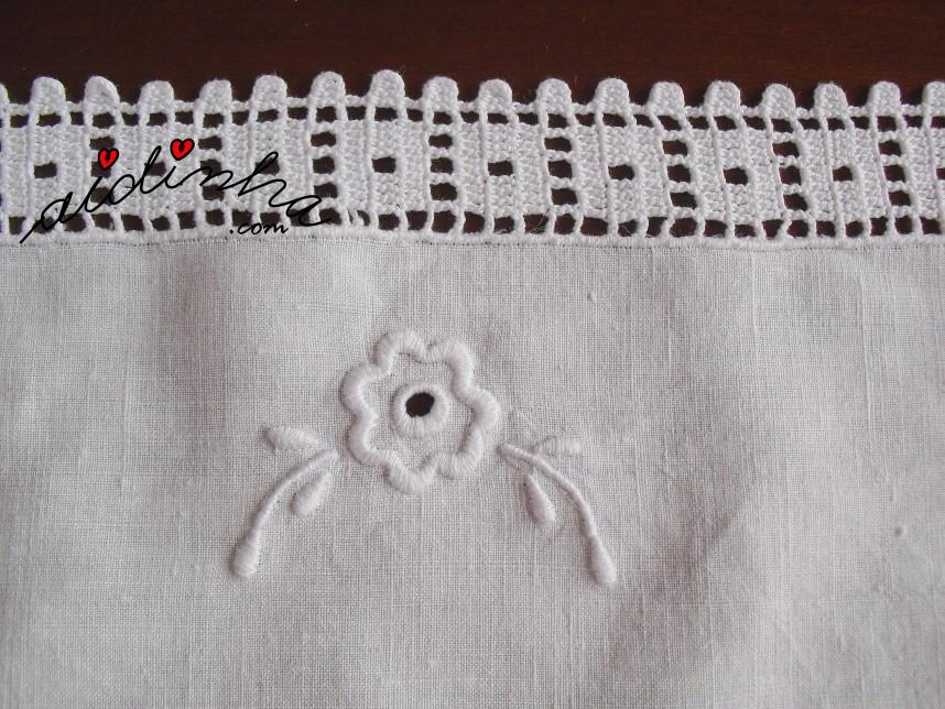pormenor do bordado e do crochet do centro em linho e crochet