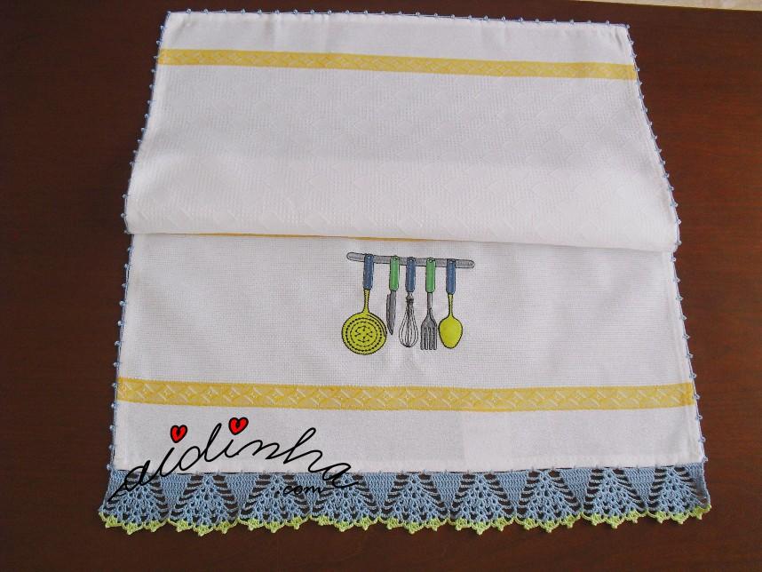 pano de cozinha bordado e com crochet azul