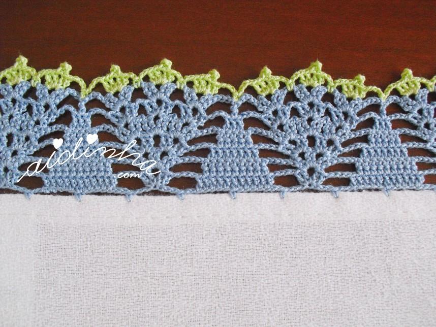 crochet do pano de cozinha com utensílios de cozinha