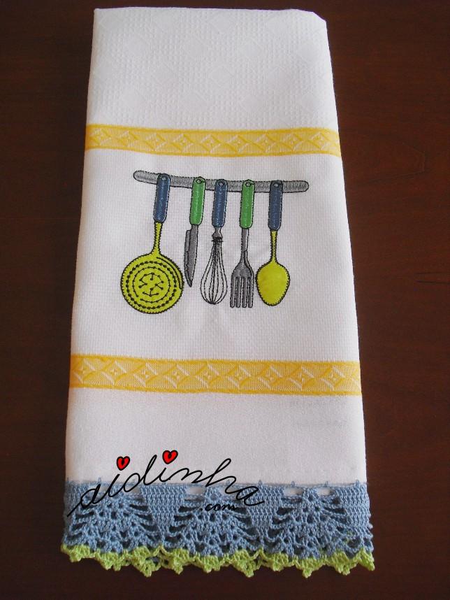 pano de cozinha com bordado e crochet